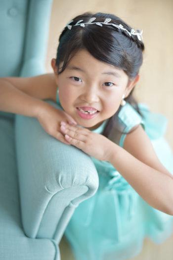 七五三 7歳 水色のドレス カメラ目線