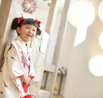 七五三 特長 3歳女の子 白の被布 自然光