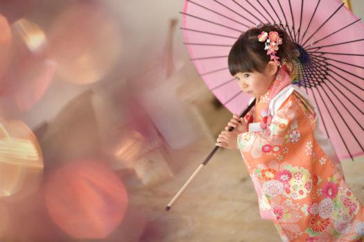 七五三前撮り 3歳女の子 ピンクの着物 傘