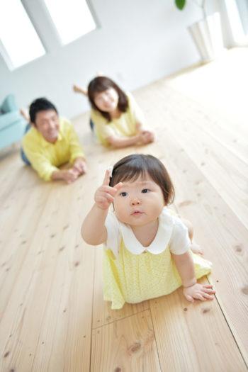家族写真 女の子 黄色コーディネート 指差し