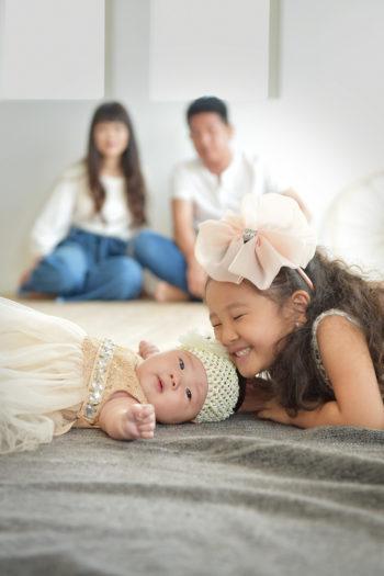 家族写真 大阪市 赤ちゃん 姉妹 寝転ぶ