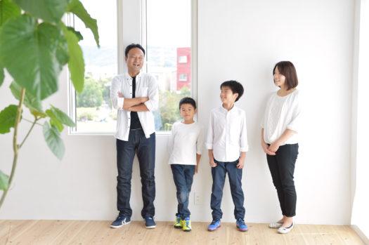 家族写真 大阪市 兄弟 白コーディネート