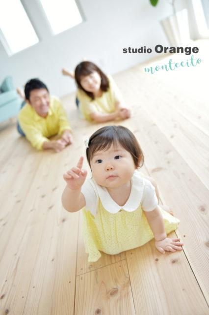 誕生日写真 楽しい家族写真 自然な家族写真 指差しポーズ