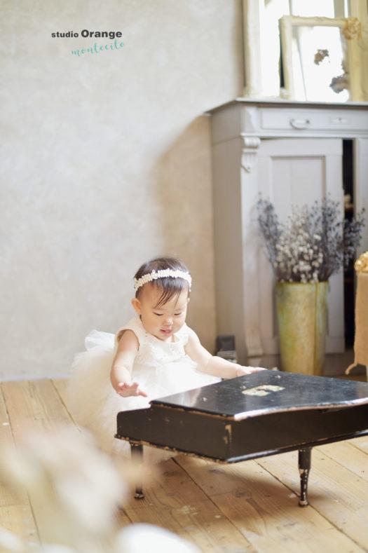 1歳女の子 白いドレス パール髪飾り ピアノ