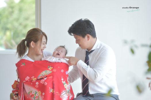 お宮参り 大阪市 女の子 赤の着物 お祝い着 パパママ 親子 家族撮影