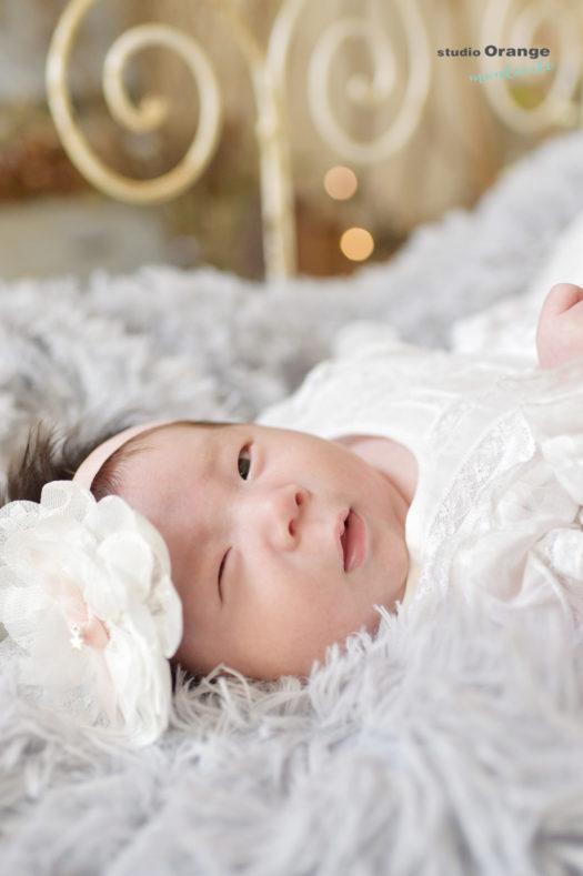 赤ちゃん 女の子 白いドレス ヘッドドレス ウインク