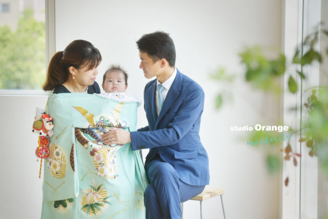 お宮参りで着物を着て家族撮影